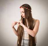 Härlig tonårig hippieflicka i vitöverkant Arkivfoto