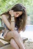 Härlig tonåring som kopplas av på hennes ferier, når att ha badat i Royaltyfri Bild