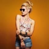 Härlig tonåringflicka i solglasögon ung hipsterkvinna för skönhet royaltyfri bild