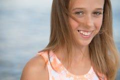 Härlig tonåringflicka nära havet Arkivfoto