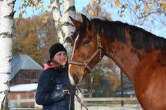 Härlig tonåringflicka och stående för fjärdhäst i höst Royaltyfria Bilder