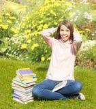 Härlig tonåringflicka på gräset Arkivbild