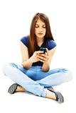 härlig tonårs- cellflickatelefon royaltyfria bilder