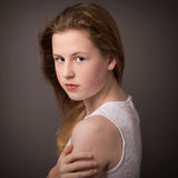 Härlig tonårs- flicka i den vita klänningen som omfamnar sig Royaltyfri Fotografi