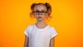 Härlig tonårs- flicka i glasögon som ser till kameran, liten nerd, utbildning arkivbilder