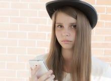 Härlig tonårs- flicka i hatt Arkivfoto