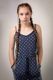 Härlig tonårs- flicka med flätor och Onesie arkivbilder