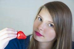 Härlig tonårs- flicka med jordgubben Fotografering för Bildbyråer
