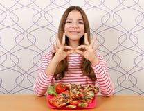 Härlig tonårs- flicka med smörgåsen och ok handtecken fotografering för bildbyråer