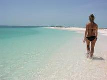 Härlig tonårs- flicka som går på stranden Royaltyfria Bilder