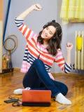 Härlig tonårs- flicka som lyssnar till musik på anteckningsboken Royaltyfri Bild