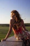 Härlig tonårs- flicka som ser in i avståndet Arkivfoto