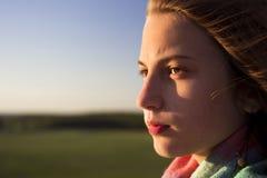 Härlig tonårs- flicka som ser in i avståndet Arkivbilder