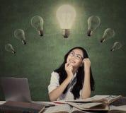 Härlig tonårs- student som ser upp på lampan royaltyfri foto