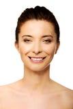 Härlig toothy le kvinna med smink Arkivbild