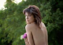 Härlig topless kvinna med blommor Fotografering för Bildbyråer