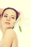 Härlig topless kvinna med den vita liljan Royaltyfria Foton