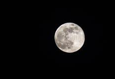 Härlig toppen måne som är synlig på himlen av Bahrain på 23 Juni 2013 Arkivbilder