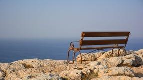 Härlig träbänk med seaview på udden Greco, Cypern Royaltyfria Bilder