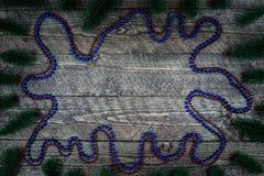 Härlig träbakgrund med färgrika ballonger och en härlig karaktärsteckning Arkivfoton