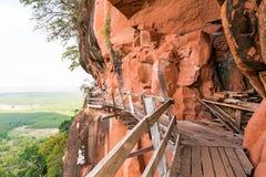Härlig träbro i röd cliffside på det Wat Phu tokberget Arkivbild