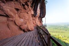 Härlig träbro i röd cliffside på det Wat Phu tokberget Bueng Kan, Thailand Royaltyfri Bild