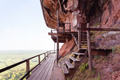 Härlig träbro i röd cliffside på det Wat Phu tokberget Bueng Kan, Thailand Arkivfoton