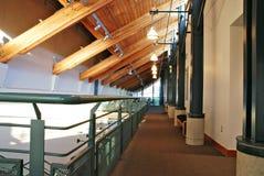 härlig träbyggnadskorridor Arkivbilder