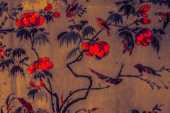 Härlig trädfågel och färgrik rosa purpurfärgad svart vit för blommakonstmålningar på svart blå och gul modellbackgroun arkivfoton