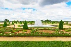 Härlig trädgård i en berömd slott av den Versailles chateauen de Ve Arkivfoto