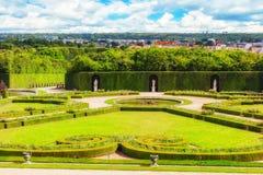 Härlig trädgård i en berömd slott av Versailles Chateau de V Royaltyfri Foto