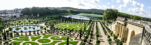 Härlig trädgård med gröna geometriska former i Frankrike Arkivbilder