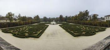 Härlig trädgård med springbrunnen Arkivfoto