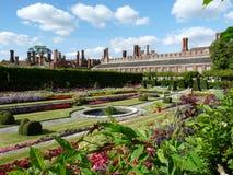 Härlig trädgård på en slott Arkivfoton