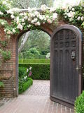 Härlig trädgårds- dörr royaltyfri foto