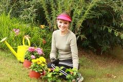 härlig trädgårdsmästarekvinna Royaltyfri Foto