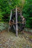 Härlig trädrivande watermill för skovelhjul inom skogen i den södra ön, i Nya Zeeland Royaltyfria Bilder