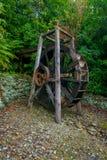 Härlig trädrivande watermill för skovelhjul inom skogen i den södra ön, i Nya Zeeland Arkivfoto