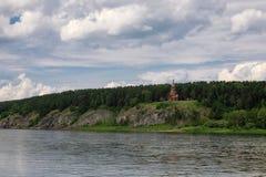 Härlig träkristen ortodox kyrka på banken av ret Fotografering för Bildbyråer