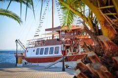 Härlig trämotorisk yacht på marina på en solig dag Royaltyfri Fotografi