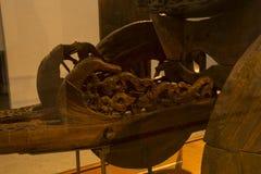 Härlig träverk i forntida vagn på det viking skeppmuseet Royaltyfri Fotografi