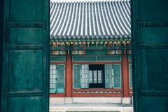 Härlig traditionell arkitektur för Changdeokgung slott i Seoul, Korea royaltyfria bilder