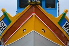 Härlig traditionell fiskebåt i Marsaxlokk söder av Malta Arkivbild