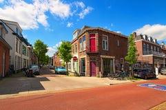 Härlig traditionell gammal gata och byggnader i ett bostads- område Landskapfoto av tappninggatan i Utrecht Arkivbild