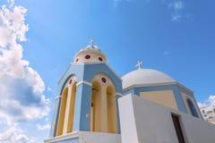 Härlig traditionell grekisk kupolformig kyrka på Firostefani Santorinini & x28; Thira& x29; ö Fotografering för Bildbyråer