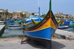 Härlig tradiyionalfiskebåt i Marsaxlokk söder av Malta Arkivfoto