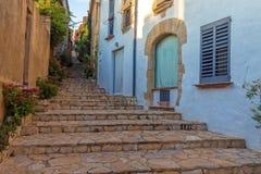 Härlig trappadetalj i en liten semesterortby Begur i Costa Brava av Spanien Royaltyfria Bilder