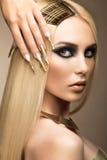 Härlig trendig flicka i en glamorös bild Royaltyfri Bild