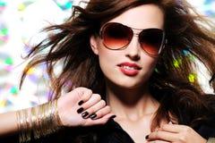 härlig trendig glamoursolglasögonkvinna arkivfoton