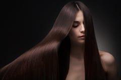Härlig kvinna med långt hår arkivfoton